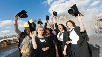 Hình ảnh tốt nghiệp của các bạn sinh viên